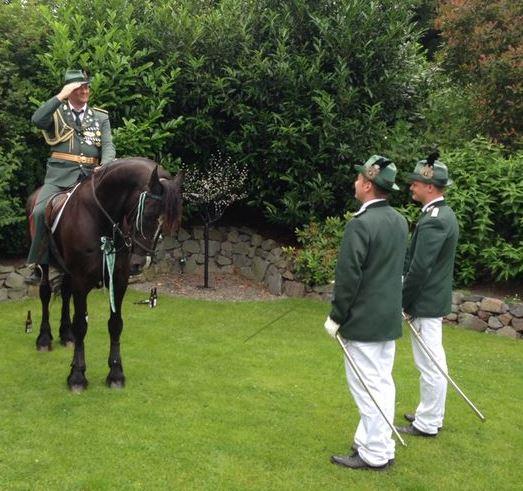 Oberst bei der Königin im Garten